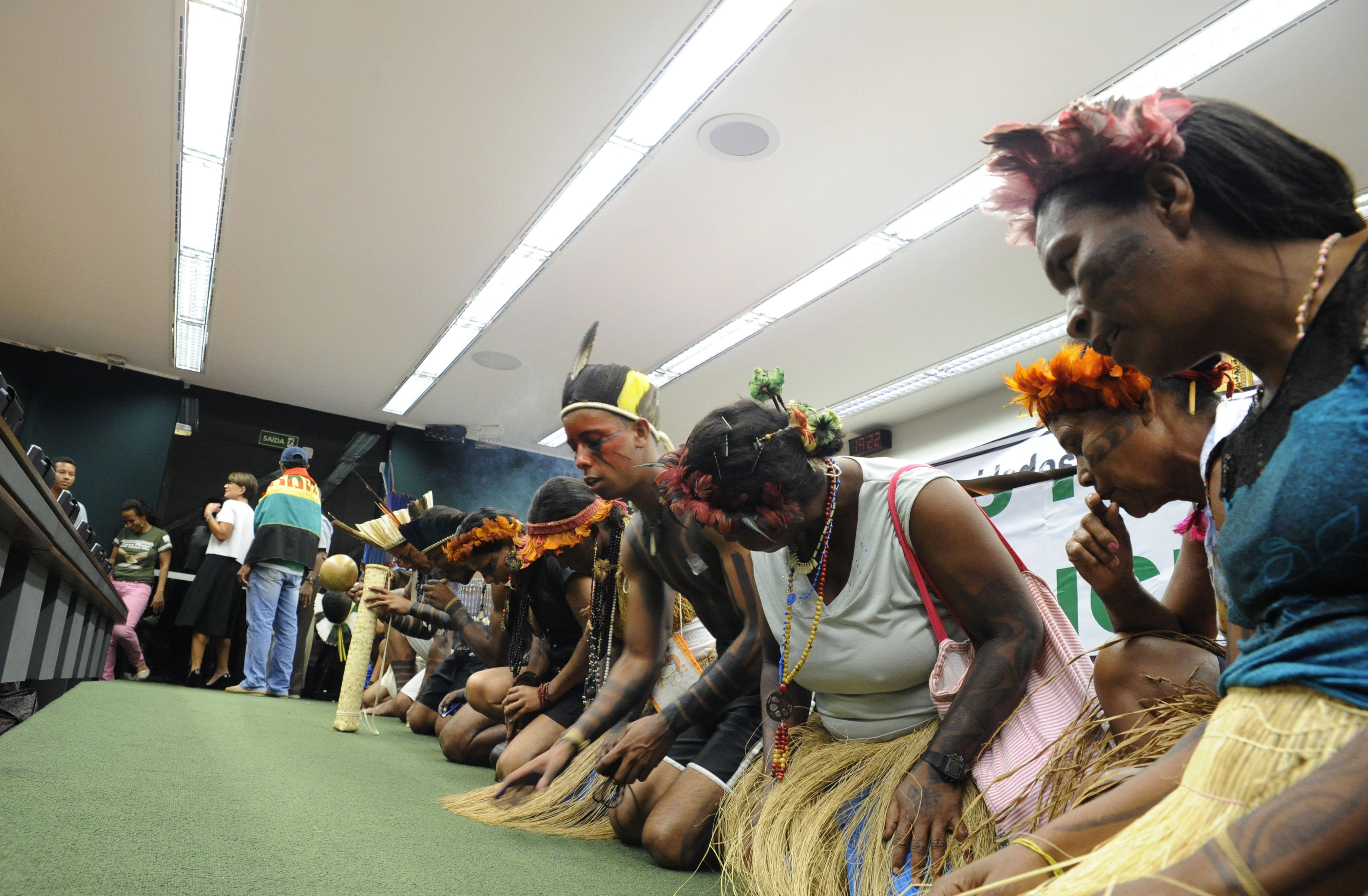 Índios e quilombolas fazem vigília após audiência pública para avaliar a ação de milícias armadas a serviço de proprietários rurais contra trabalhadores, quilombolas e indígenas, no contexto dos conflitos fundiários