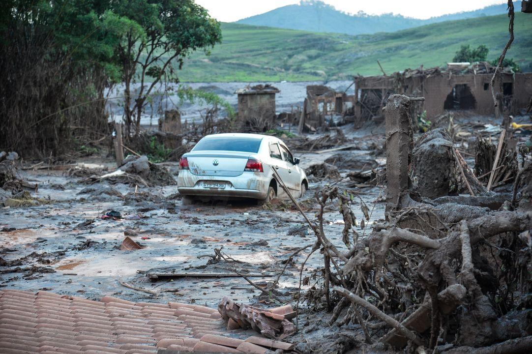 Enxurrada de lama atinge cidade de Barra Longa e Mariana (MG)