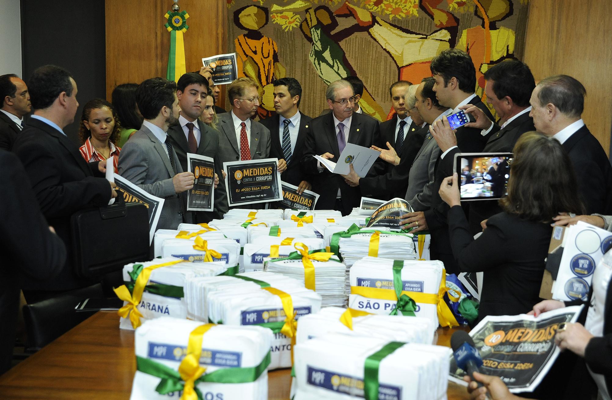 Entrega em ato solene, de representantes da sociedade civil, mais de 2 milhões de assinaturas colhidas em todo o Brasil pelo Ministério Público Federal (MPF) em apoio as 10 medidas de combate a corrupção