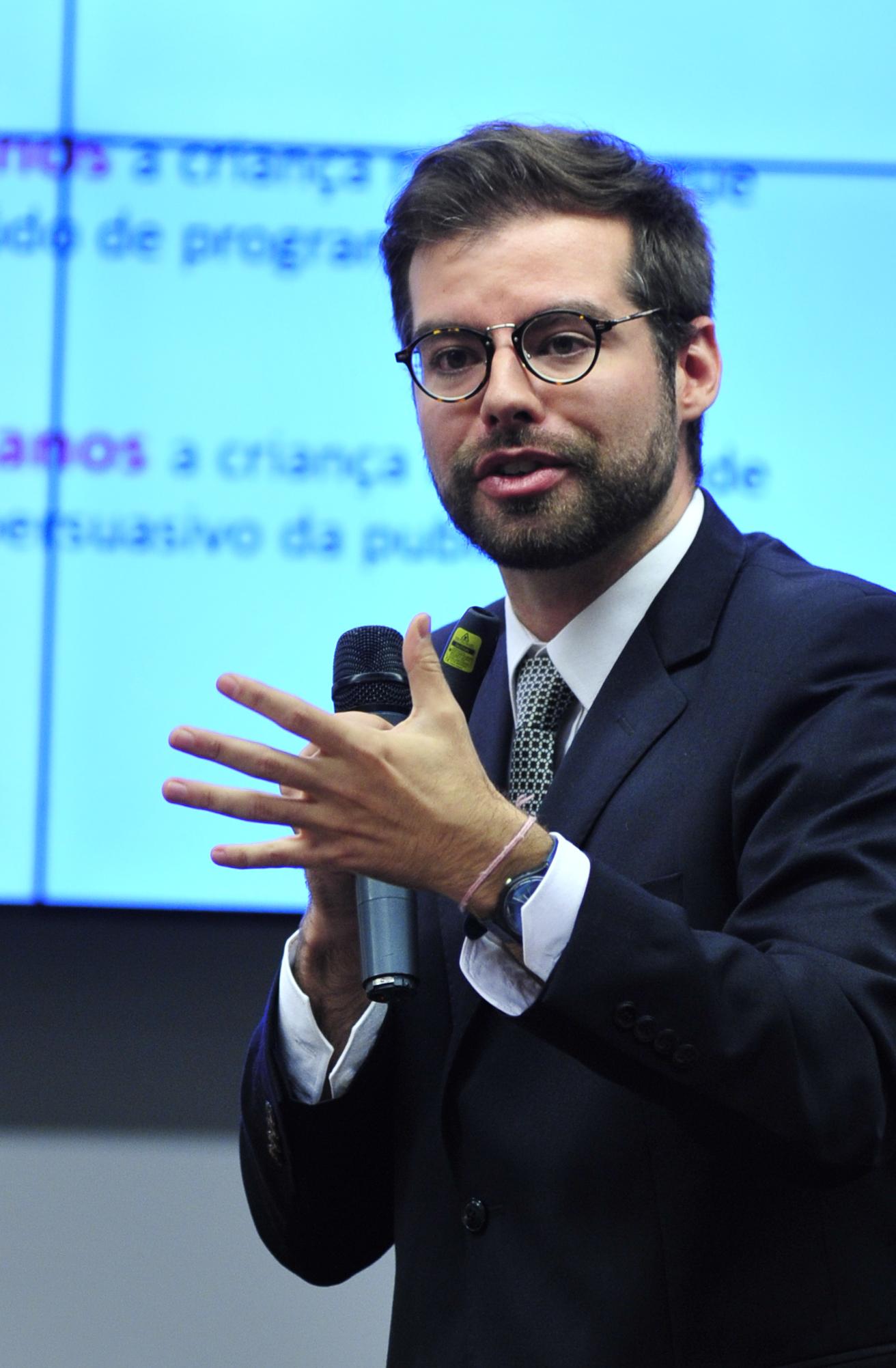 Audiência pública sobre o PL 702/11, que ·altera a Lei nº 8.069, de 13 de julho de 1990, restringindo a veiculação de propaganda de produtos infantis'. Advogado do Instituto ALANA, Pedro Hartung