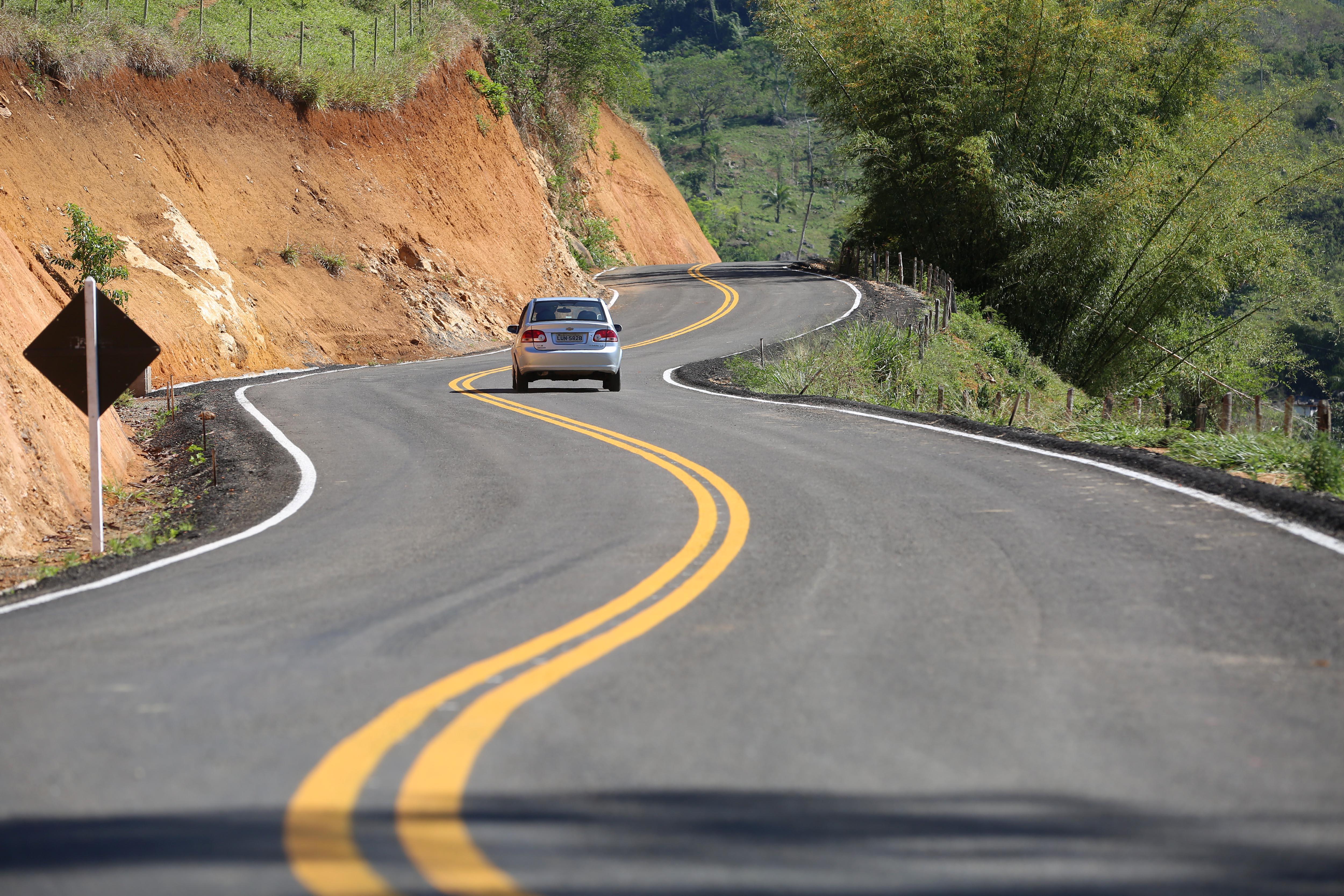 Transporte - estradas e ruas - curvas rodovias asfaltamento sinalização obras públicas viagem turismo encostas