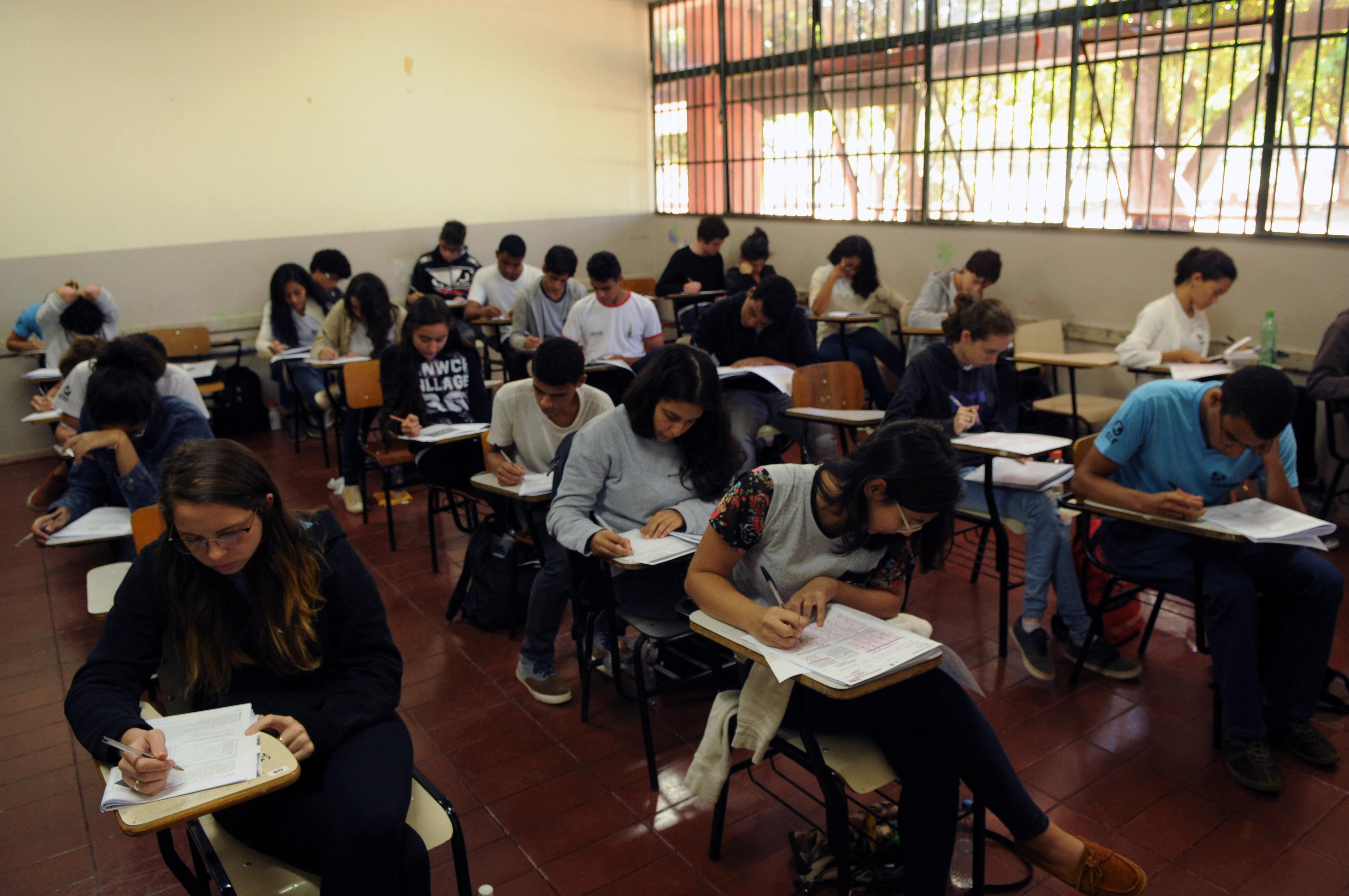 Educação - sala de aula - alunos provas estudos adolescentes ensino aprendizagem