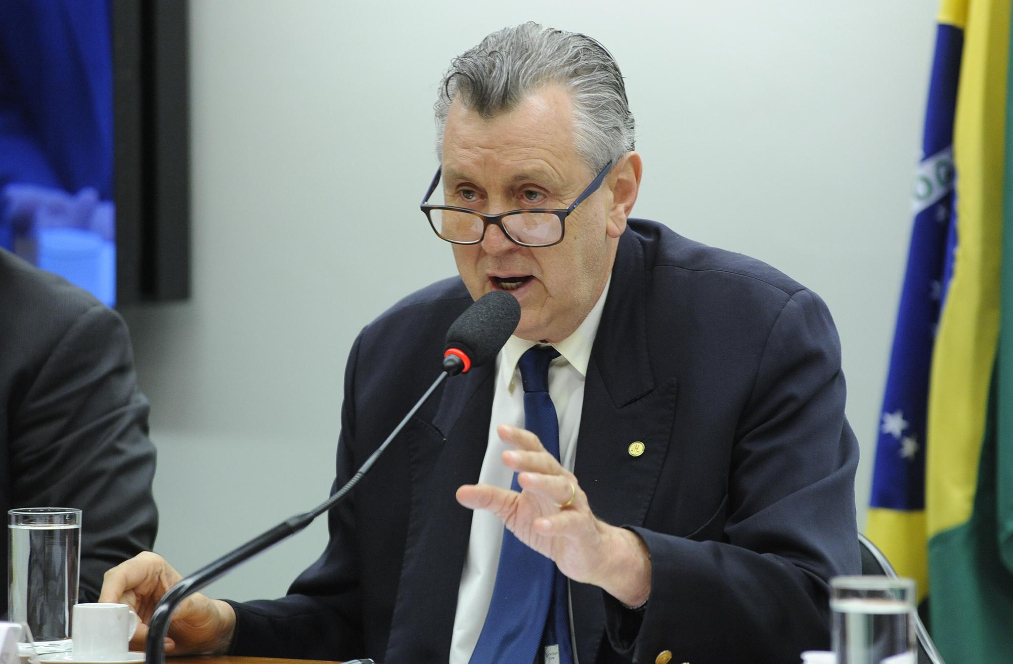 Audiência pública sobre a Resolução do Bacem 4.483, que limita a concessão de crédito do Programa Nacional de Fortalecimento da Agricultura Familiar (Pronaf) aos produtores de tabaco. Dep. Luiz Carlos Heinze (PP-RS)