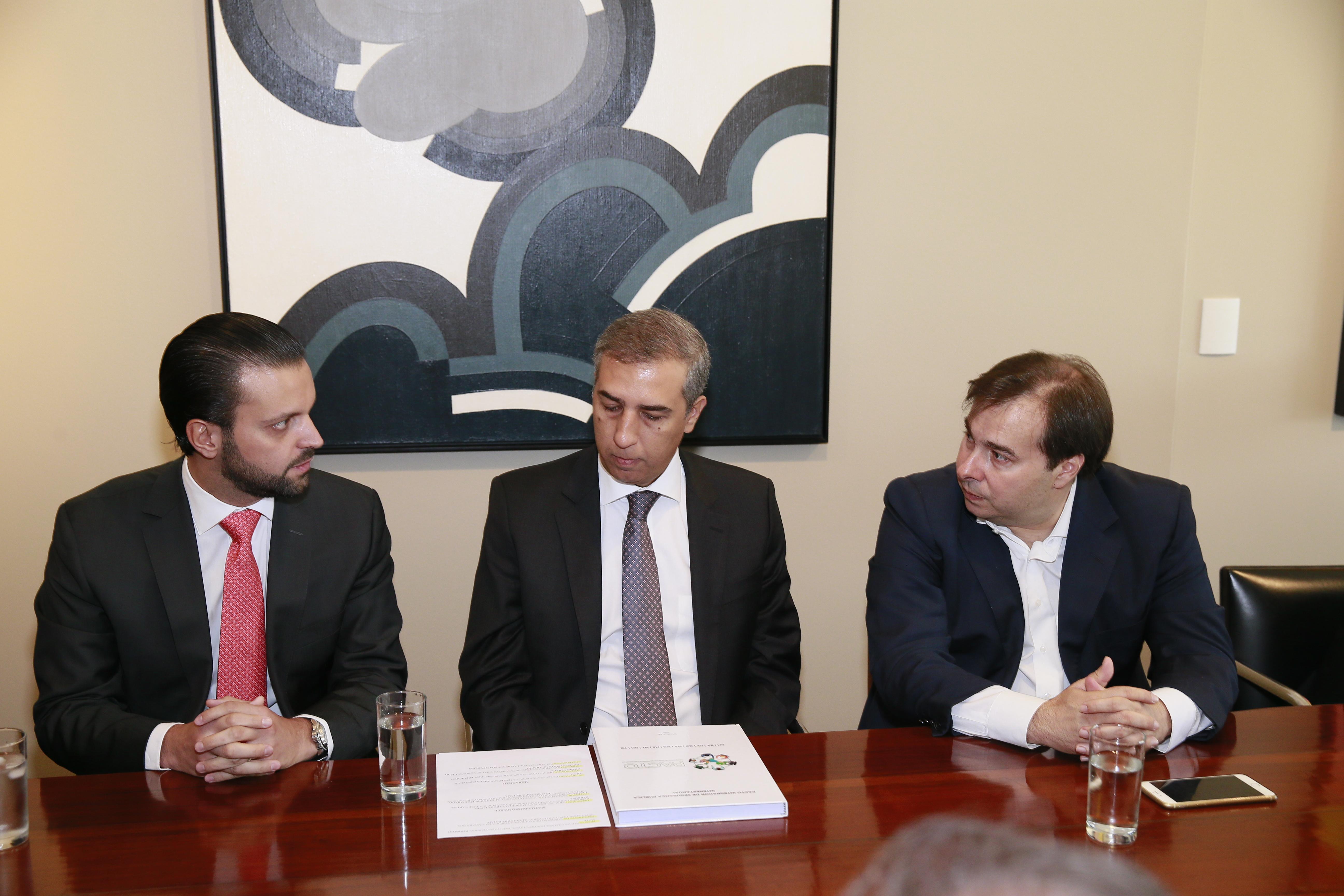 Presidente da Câmara dos Deputados Rodrigo Maia faz comitiva com vice-governador José Eliton e dep. Alexandre Baldy