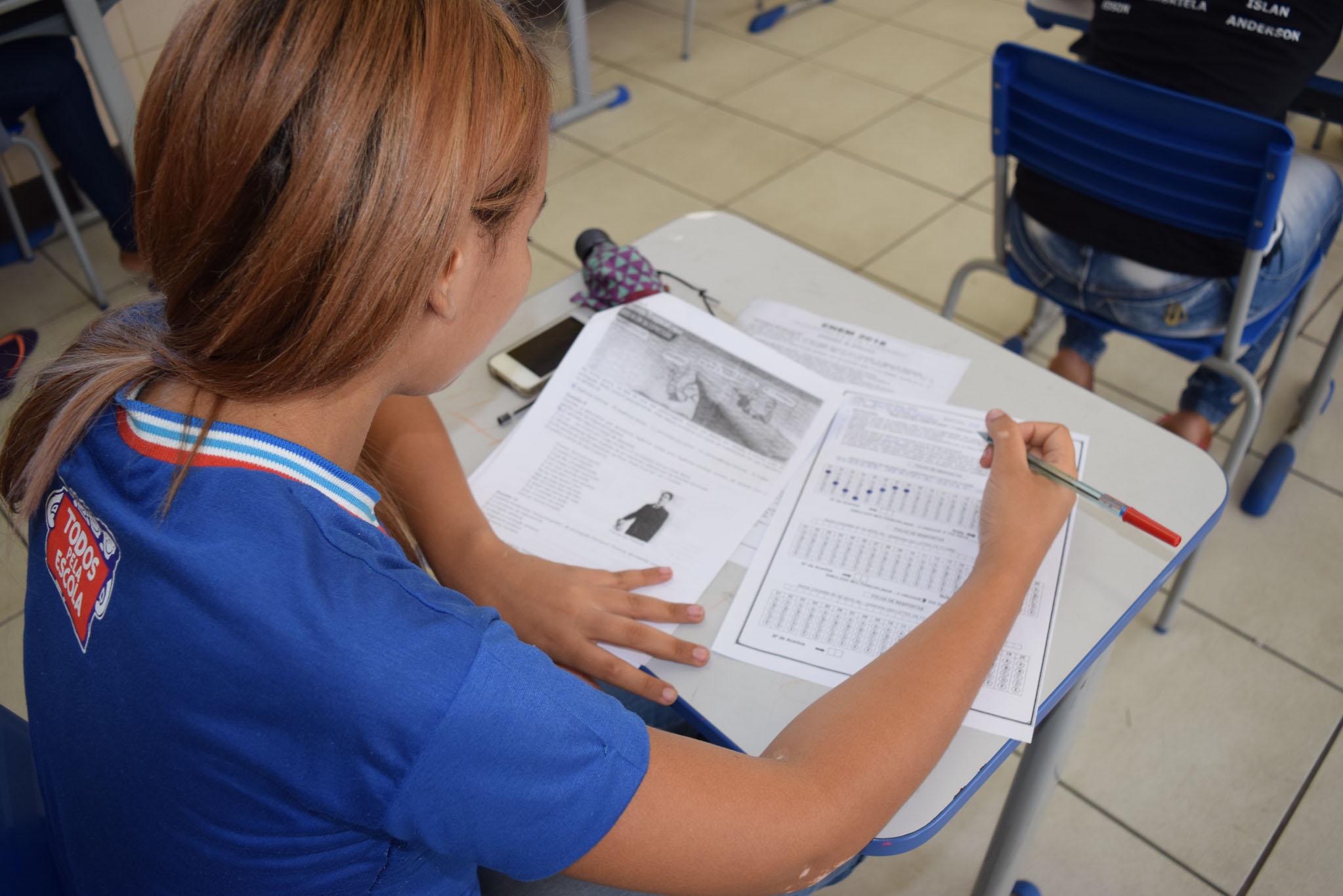 Educação - sala de aula - estudantes alunos ensino médio jovens professores magistério enem vestibular provas avaliação