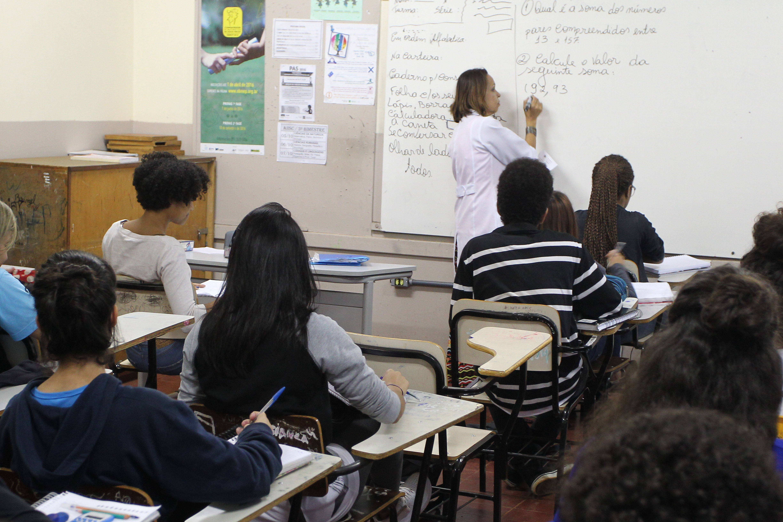 Educação - sala de aula - estudantes alunos ensino médio jovens professores magistério enem vestibular