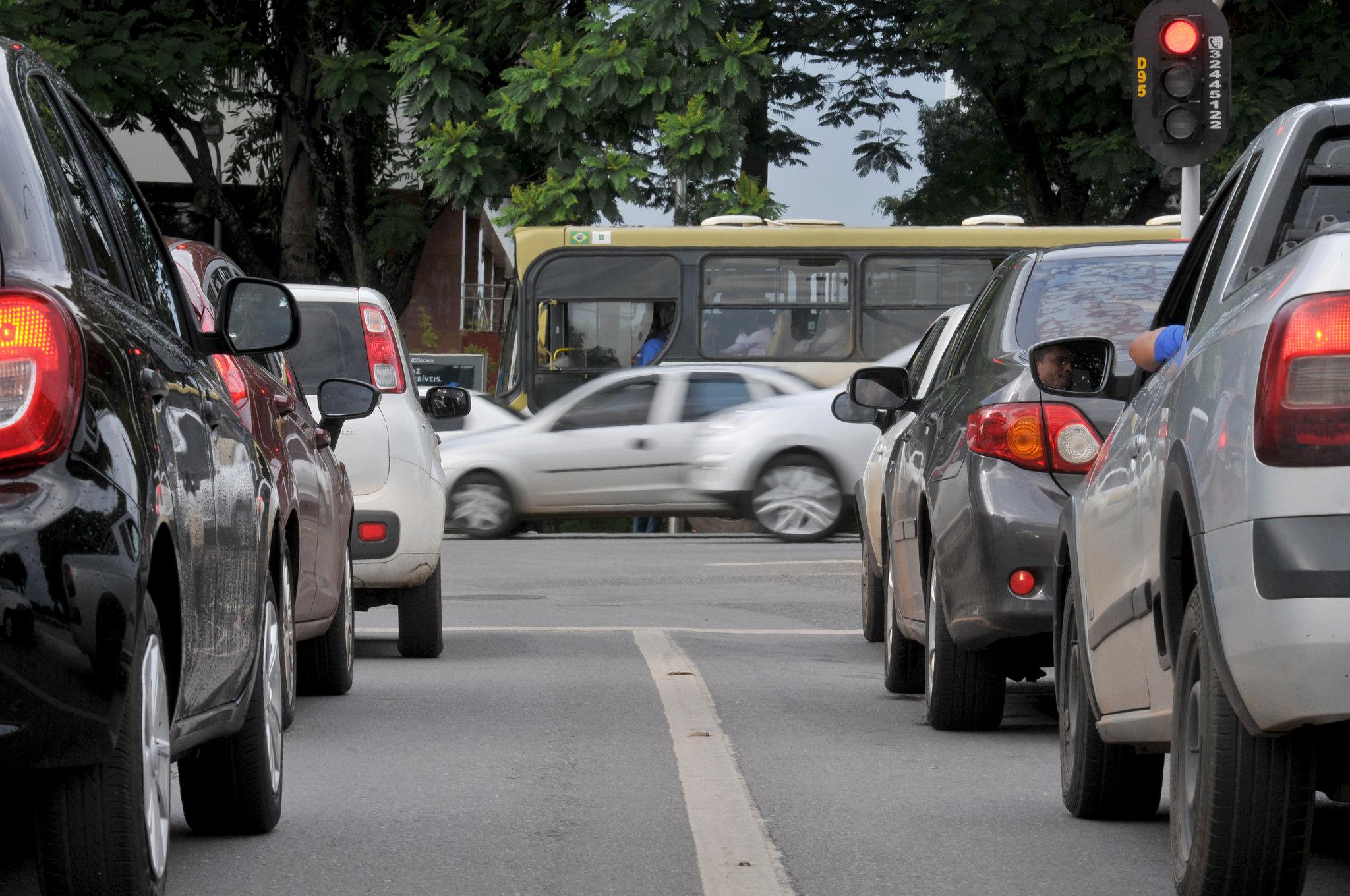 Transporte - carros - trânsito cruzamentos semáforos mobilidade urbana