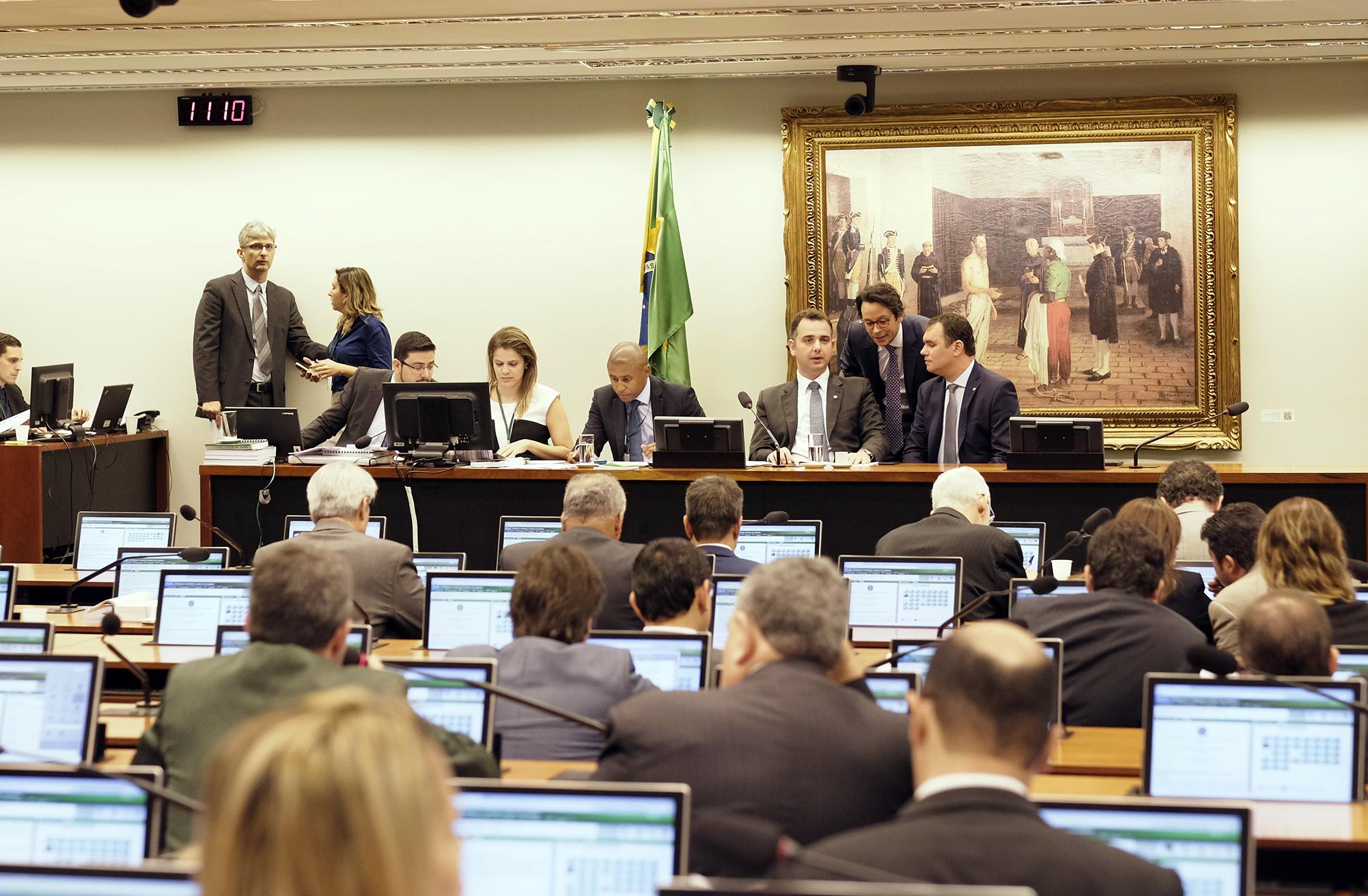 PEC que limita gastos para assembleias e tribunais de contas é admitida