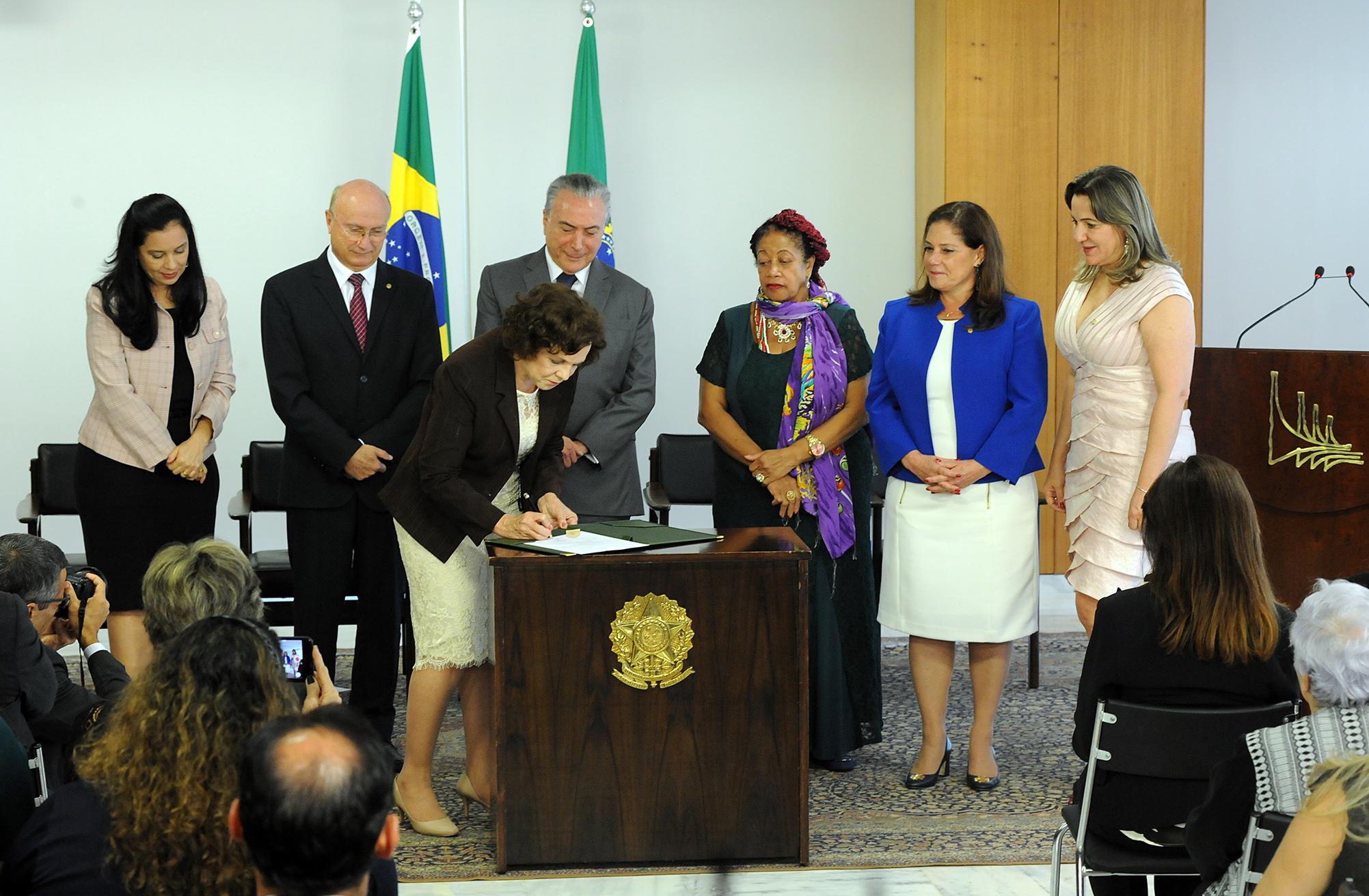 Cerimônia de assinatura de atos em prol das mulheres