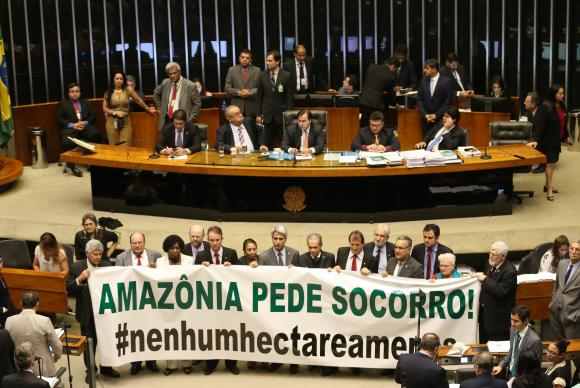 Deputados protestam em Plenário contra a MP 756/16