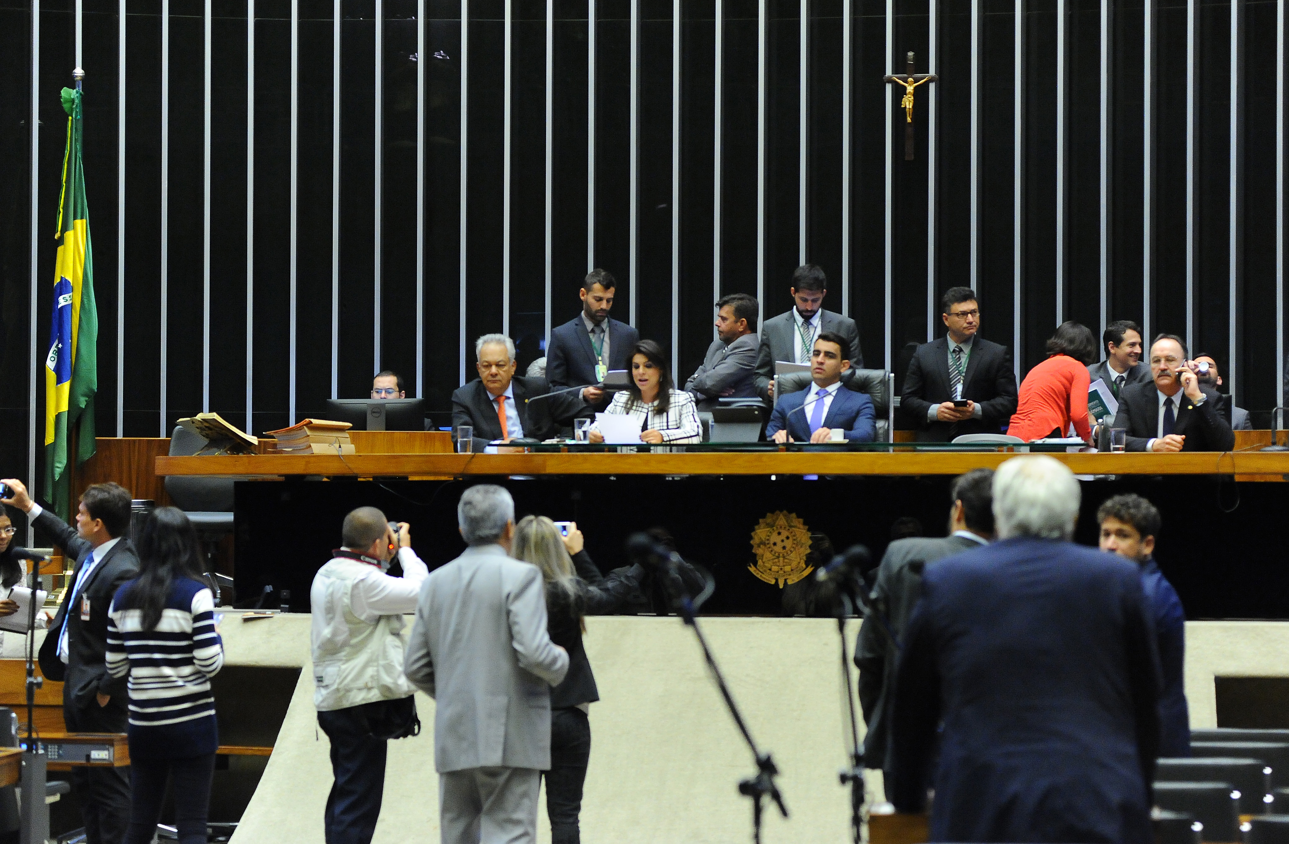 A segunda-secretária da Câmara dos Deputados, Mariana Carvalho (PSDB-RO) faz a leitura do parecer contra a investigação do presidente Michel Temer