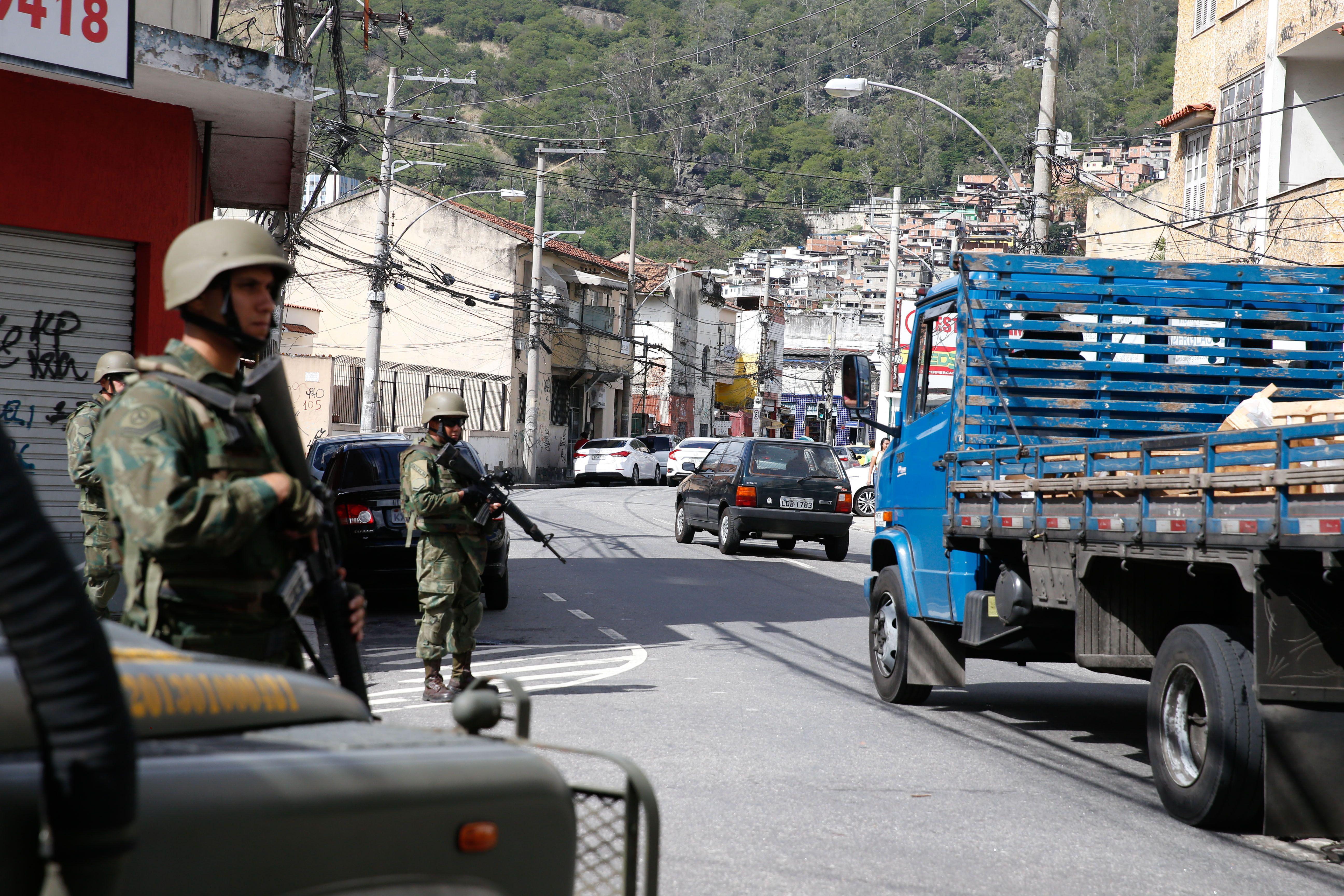Segurança - geral - Força Nacional abordagem policial suspeitos crimes violência morros Rio de Janeiro