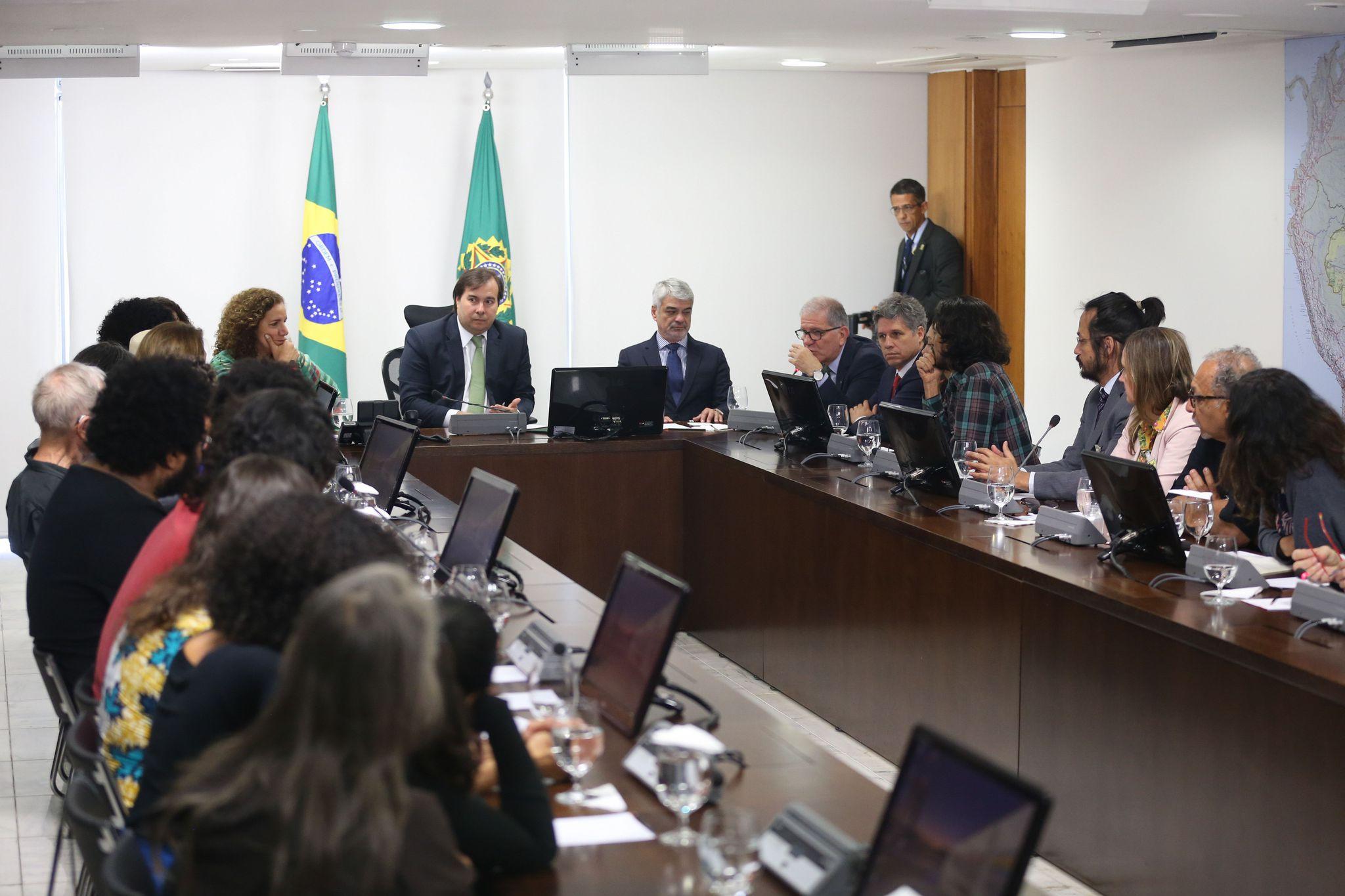 Rodrigo Maia, presidente da República em exercício, em reunião com artistas e parlamentares