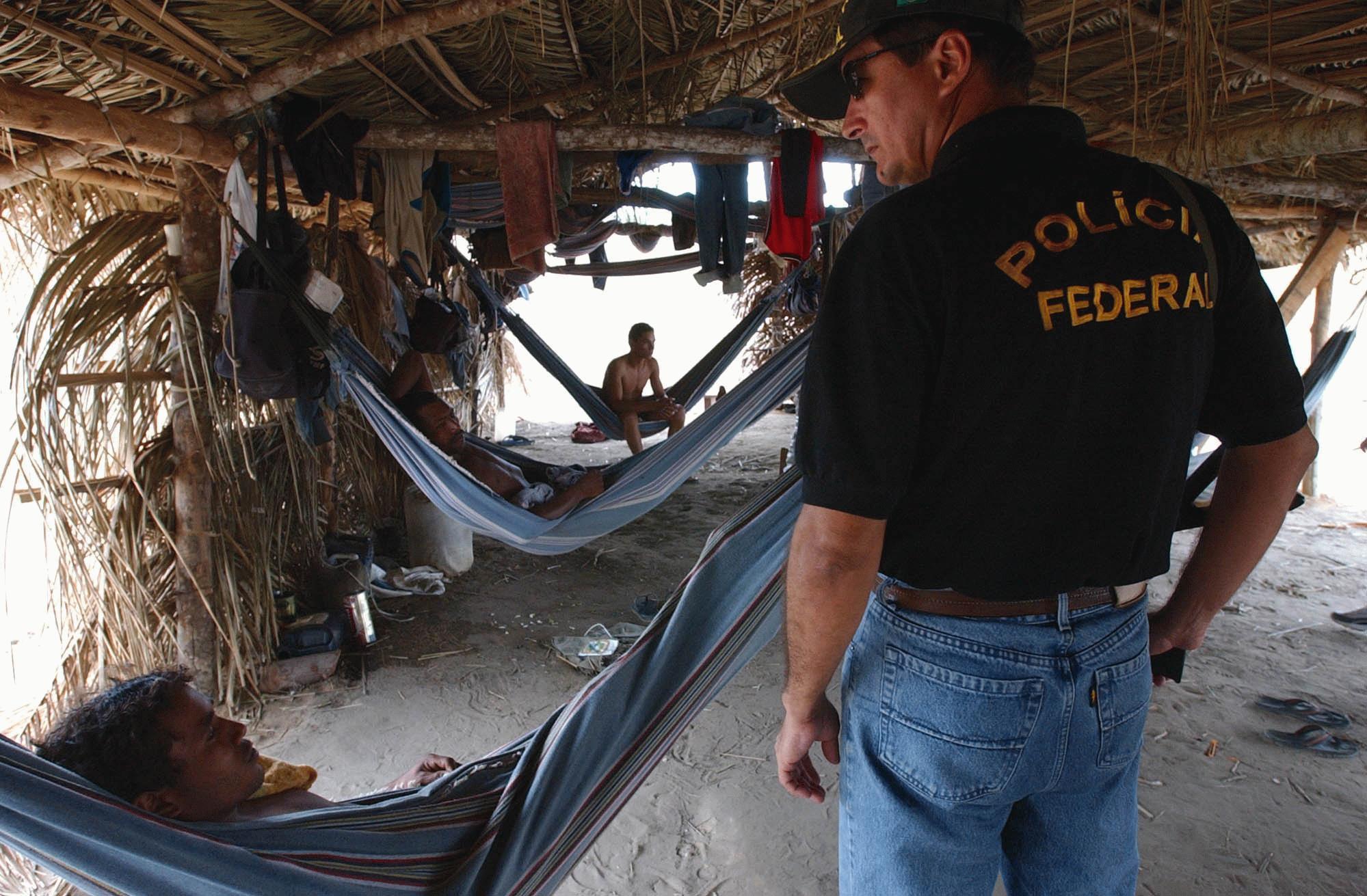 Policial federal durante ação de combate ao trabalho escravo