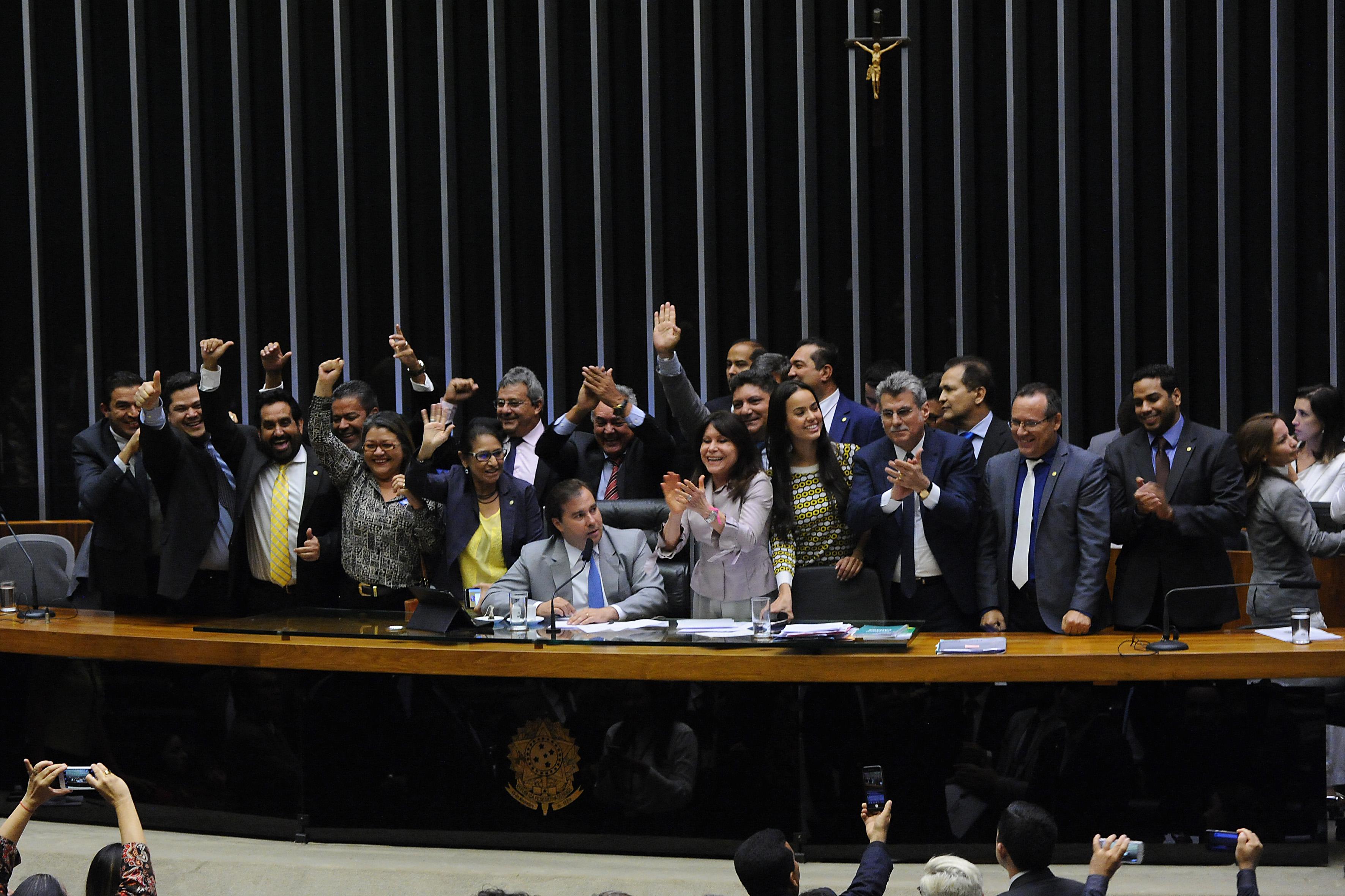 PEC sobre servidores de ex-territórios é aprovada em 2º turno na Câmara