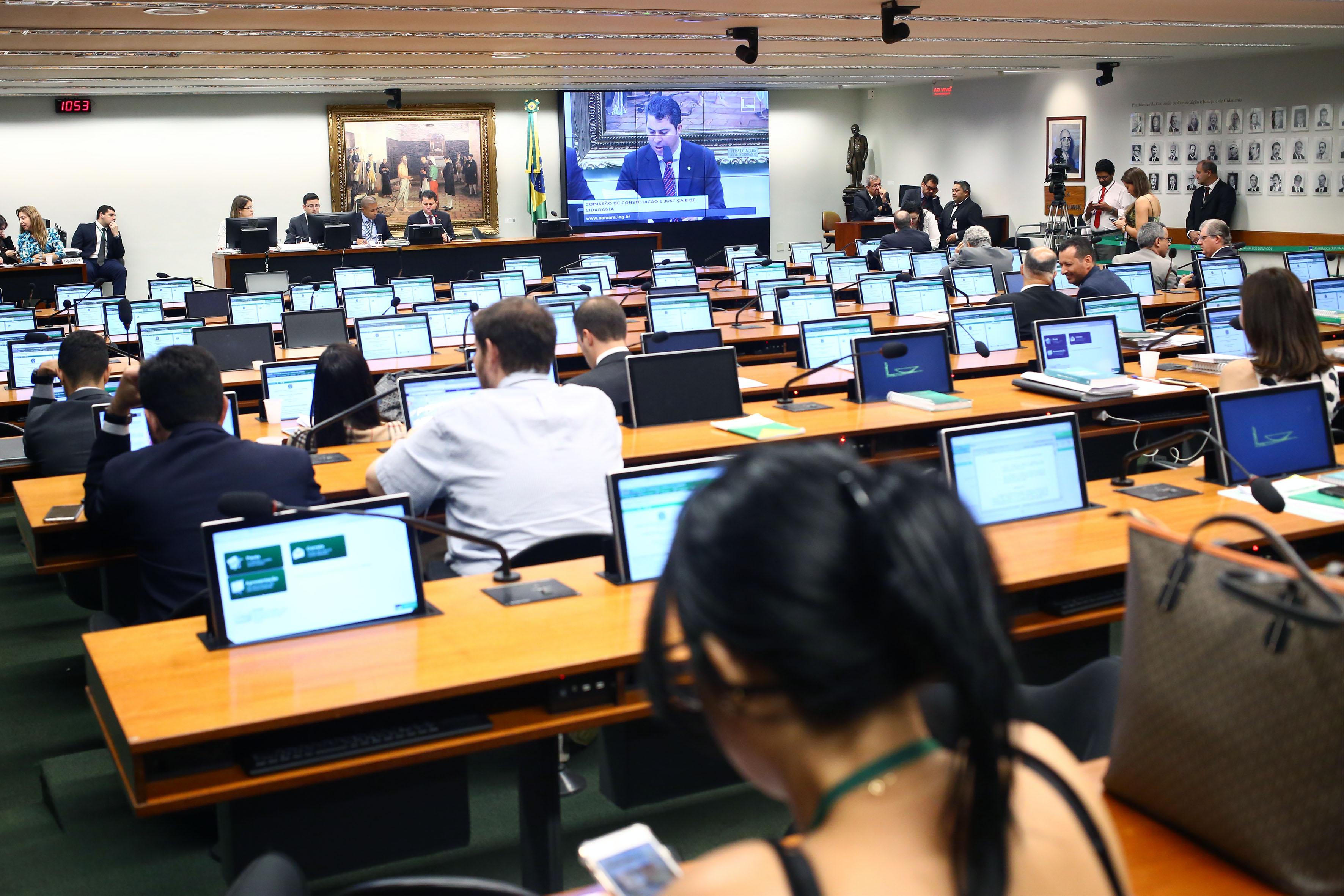 CCJ adia votação de PEC com eleições diretas em caso de vacância da Presidência
