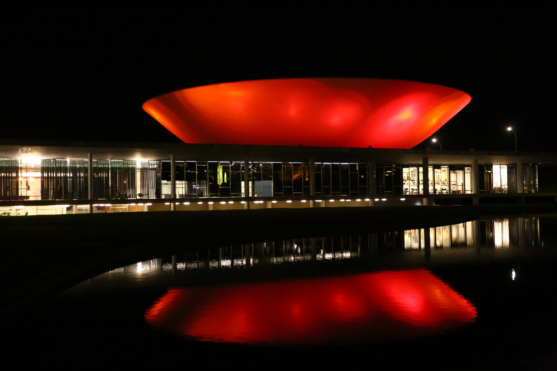 Congresso Nacional ganha iluminação vermelha como parte da luta contra a Aids