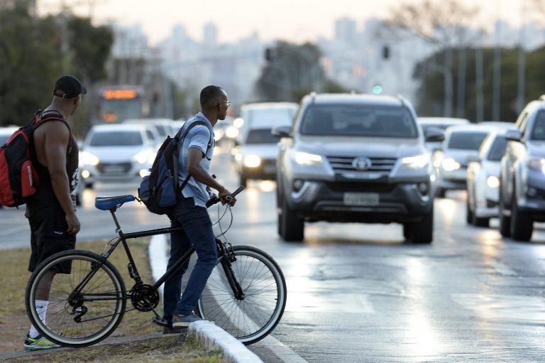 Transporte - bicicletas - mobilidade urbana cidades ciclovias carros trânsito atropelamentos acidentes riscos perigos