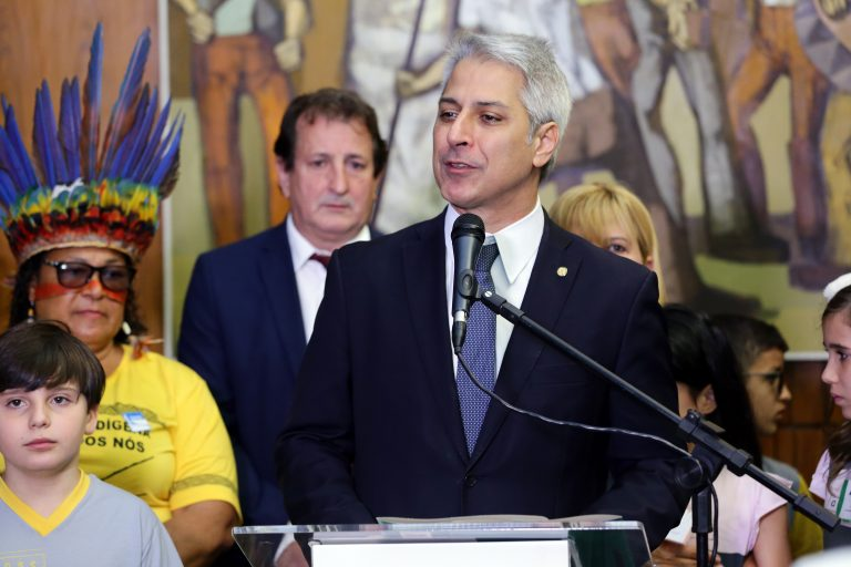 Ato Político de entrega das assinaturas da Avaaz contra o desmatamento ilegal da Amazônia. Dep. Alessandro Molon (PSB-RJ)