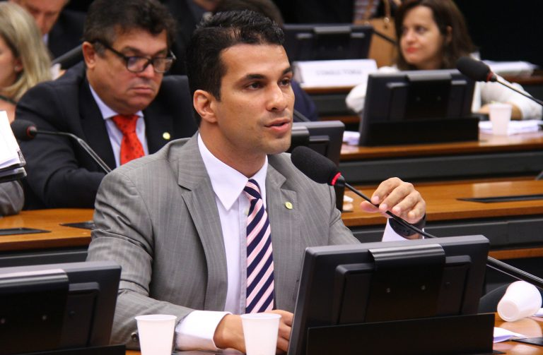 Se4nador Irajá Abreu participa de reunião de comissão