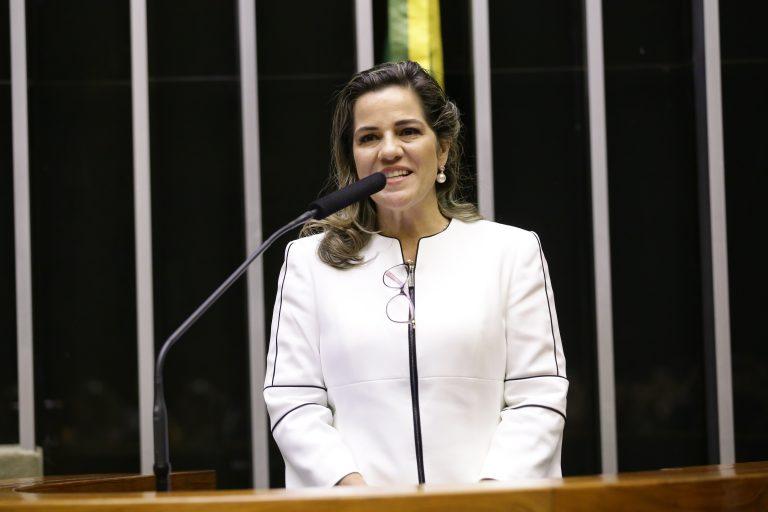 Deputada Mara Rocha está em pé discursando no Plenário da Câmara