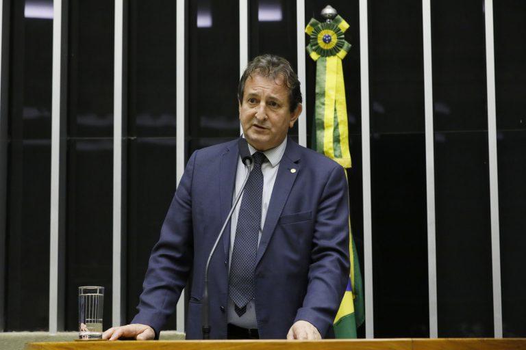 Deputado Nilto Tatto está em pé discursando no Plenário da Câmara