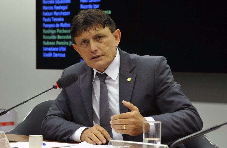 Deputado Delegado Éder Mauro está sentado falando ao microfone