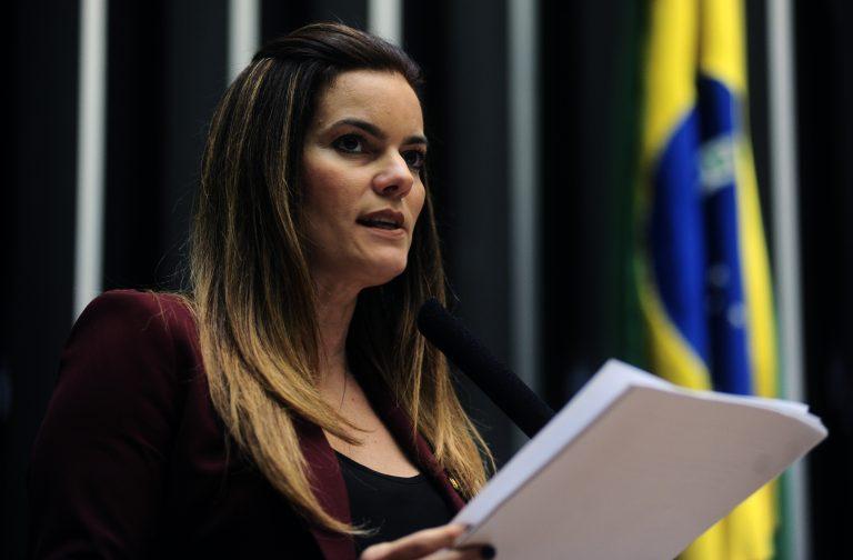 Deputada Iracema Portella discursa no plenário