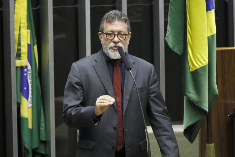 Deputado Afonso Florence discursa, em pé, no Plenário da Câmara.