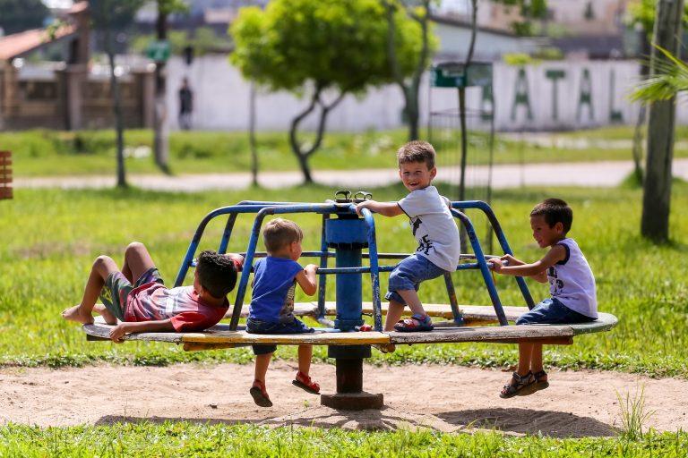 Direitos Humanos - criança - infância brincadeiras parquinhos felicidade amigos