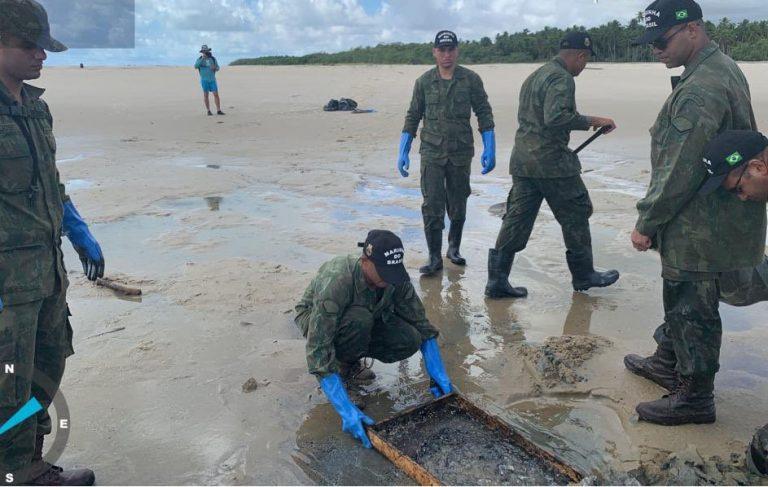Meio Ambiente - geral - derramamento óleo praias acidente tragédia ambiental (Militares da Marinha recolhem óleo na praia de Mamucabinhas, Tamandaré-PE)