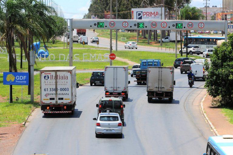 Transporte - estradas e ruas - rodovias barreiras eletrônicas velocidade radares fiscalização trânsito multas