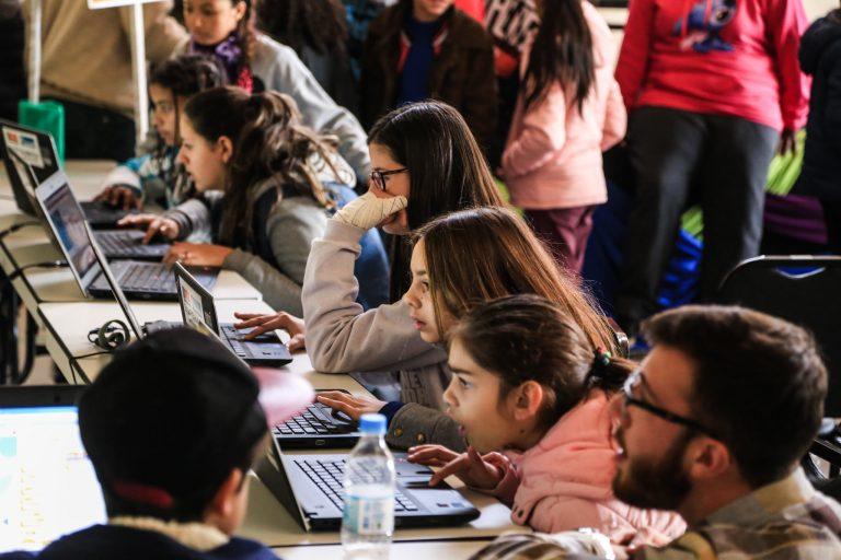 Tecnologia - geral - computadores jovens internet (evento Robopel, Pelotas-RS)