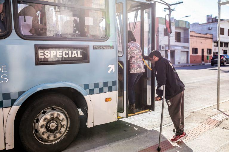 Transporte - ônibus - passageiros mobilidade urbana reduzida acessibilidade muletas