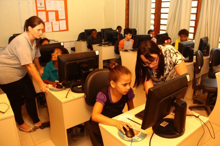 Educação - sala de aula - laboratório informática internet alunos pesquisas professores tecnologia