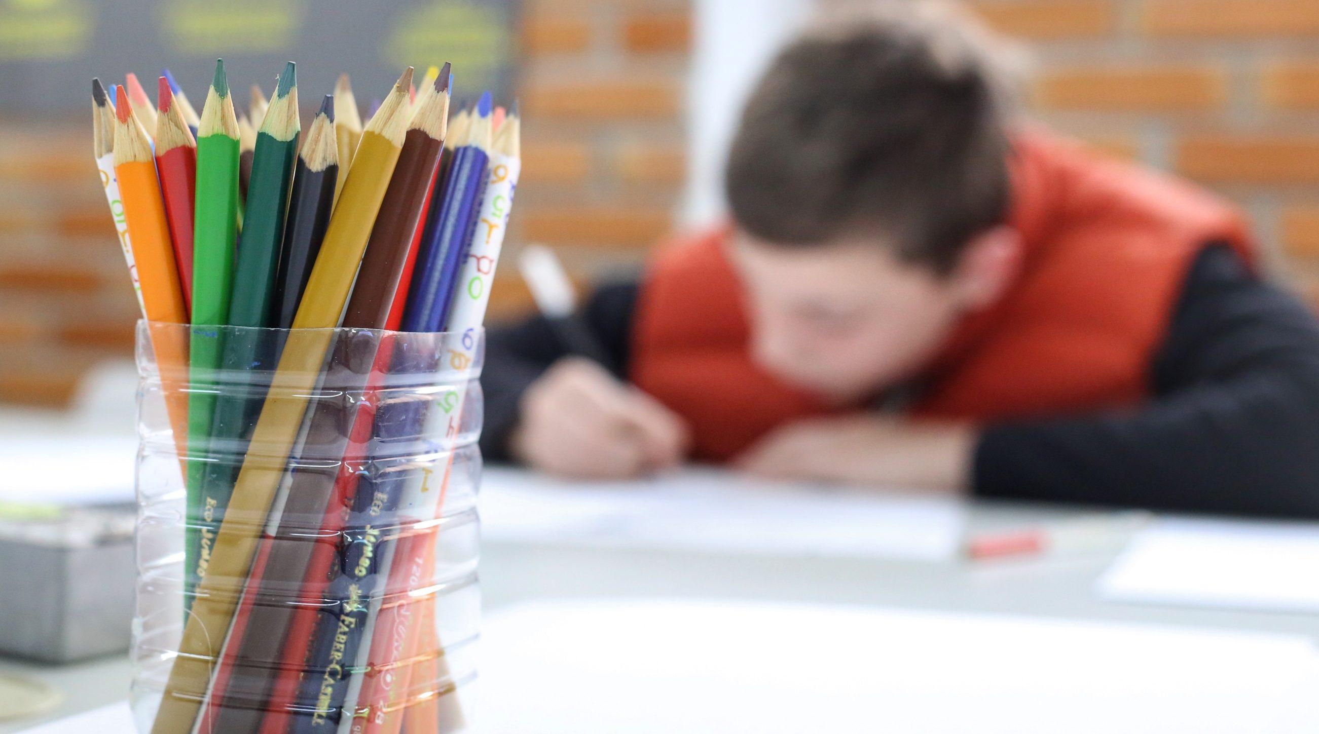 Educação - sala de aula - alunos estudantes lápis de cor artes desenhos