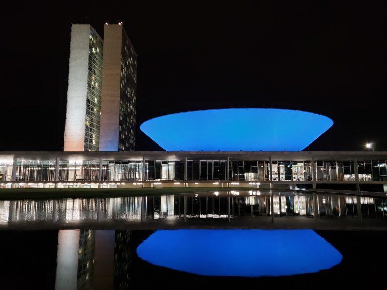 Câmara está iluminada de azul pelo Dia Mundial do Câncer