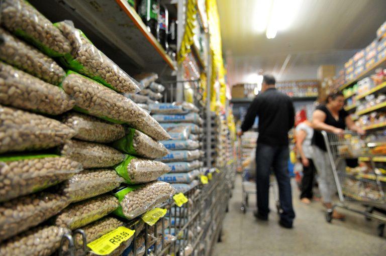 Alimentos - feijão supermercados preços inflação compras consumidor cesta básica alimentação