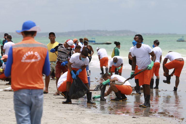 Meio Ambiente - geral - vazamento óleo praias oceanos Nordeste voluntários acidente ambiental