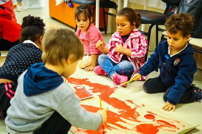 Educação - sala de aula - ensino fundamental escolas alunos crianças artes plásticas pinturas tintas desenhos