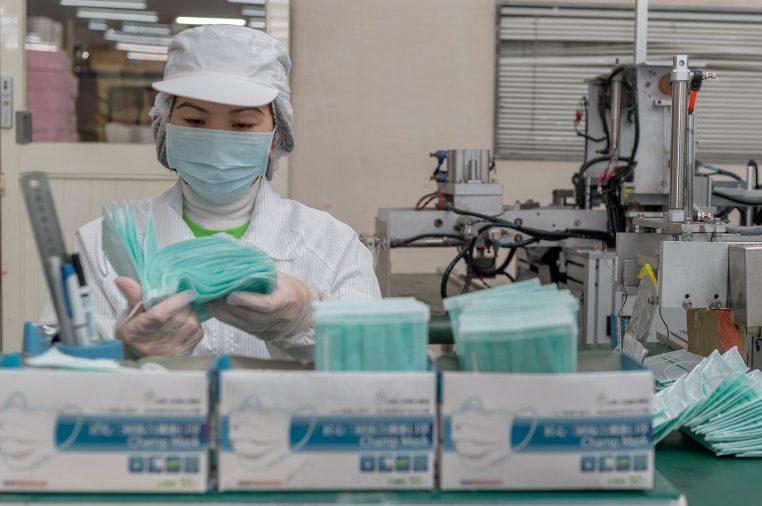 Saúde - doenças - coronavírus prevenção máscaras contaminação profilaxia (fábrica de máscaras em Taiwan)