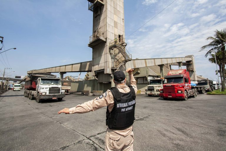 Transporte - barcos e portos - autoridade portuária caminhões caminhoneiros mercadorias exportações logística cargas (Porto de Paranaguá-PR)