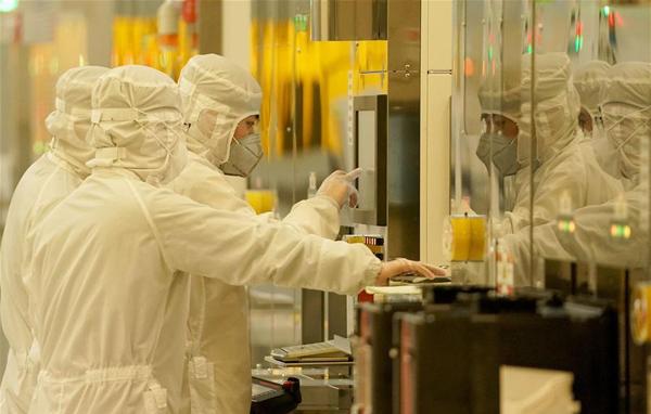 Saúde - doenças - coronavírus contaminação prevenção isolamento chineses (Técnicos trabalham em fábrica de Wuhan, China)