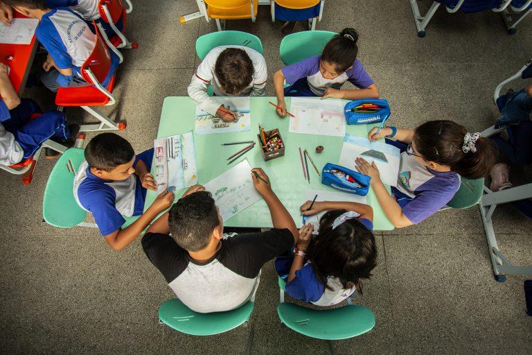 Educação - sala de aula - desenhos educação artística artes alunos estudantes