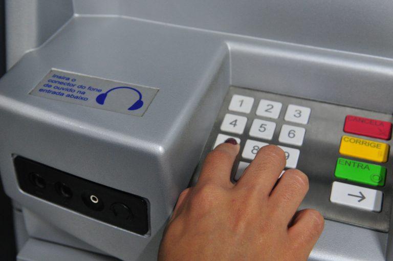 Economia - geral - caixa eletrônico atendimento bancário cartão crédito