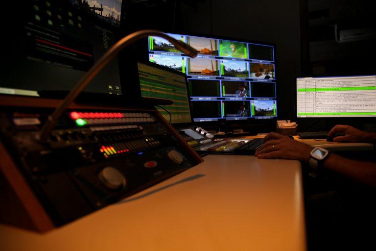 Comunicação - rádio e TV - switcher televisão jornalismo direção programas equipamentos estúdio