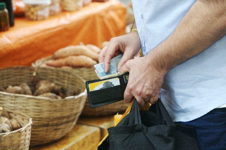 Economia - inflação - meios de pagamento dinheiro cartão de crédito feiras consumidor preços
