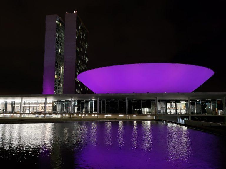 Cúpula da Câmara dos Deputados iluminada de roxo por campanha de combate à hanseníase