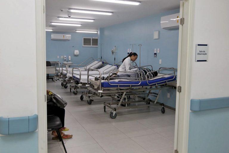 Saúde - hospitais - atendimento pacientes macas pronto-socorro enfermagem enfermeiros (sala de observação Hospital Geral Clériston Andrade, Feira de Santana-BA)