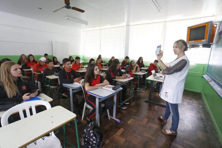 Educação - sala de aula - uso de telefones celulares smartphones professores ensino estudantes alunos tecnologia